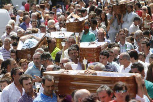 DEVOTOS DE SANTA MARTA DESFILAN EN ATAÚDES PARA AGRADECER VOLVIERON A NACER-02RB3745.jpg-