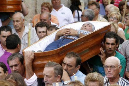 DEVOTOS DE SANTA MARTA DESFILAN EN ATAÚDES PARA AGRADECER VOLVIERON A NACER-02RT1669.jpg-