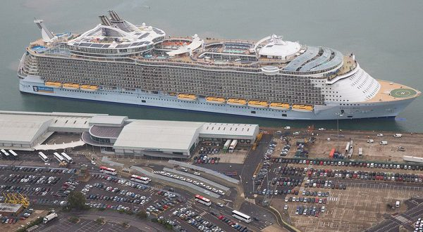 Самый большой круизный лайнер Harmony of the seas прибыл в Барселону
