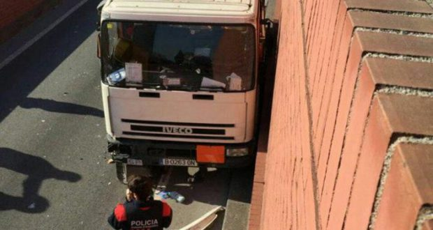 Невменяемый мужчина угнал грузовик с газовыми баллонами