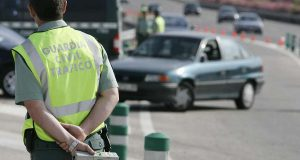 Дорожная полиция выписывает штрафы тем, кто ездит в шлепанцах