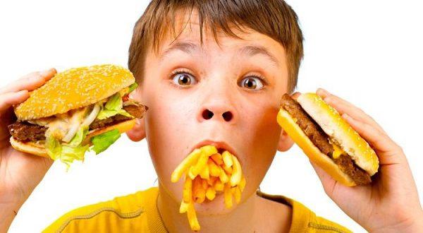 Рекламируемые по ТВ продукты могут вызывать ожирение у детей