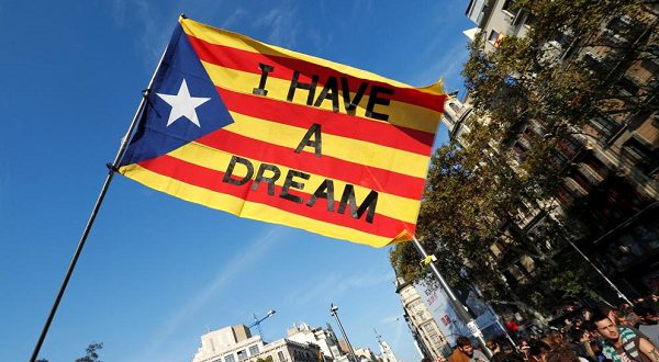 Каталонцы выражают свой протест против действий полиции