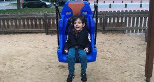 В Барселоне начали устанавливать в парках качели для детей, страдающих ДЦП