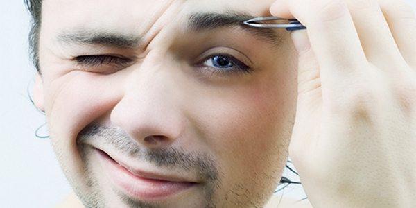 депиляция бровей мужчиной
