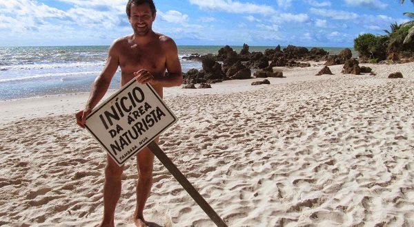 Власти заставили нудистов одеться