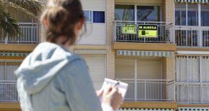 Испанская молодежь работает на жилье