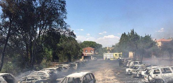 32 автомашины сгорели на парковке неподалеку от аэропорта Барахас