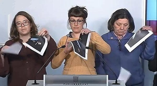 Депутаты каталонского парламента демонстративно порвали фото короля