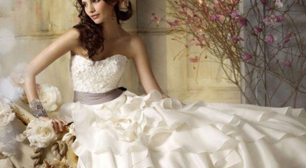 http://newsspain.ru/osobennosti-vybora-svadebnogo-platya/