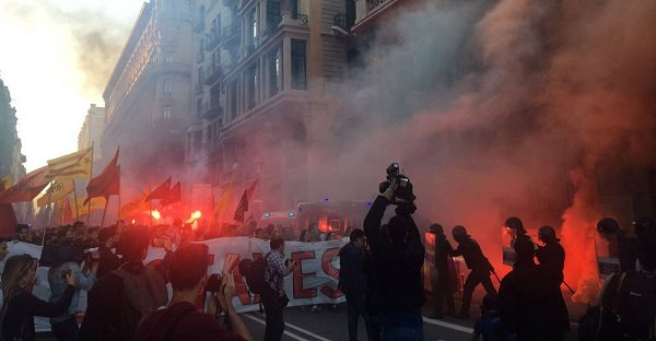 Студенты Барселоны выступили с протестной акцией