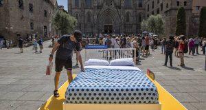 На улицах Барселоны появились кровати