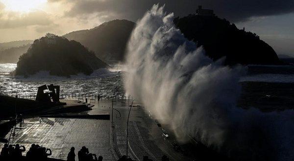 В Сан-Себастьяне любителей любоваться штормом будут штрафовать