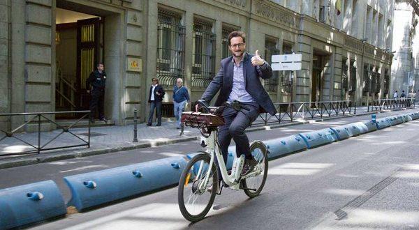 Велосипедист оштрафован за использование красного мигающего фонаря