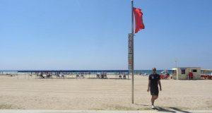 Игнорирование красного флага обойдется купальщикам в 400 евро