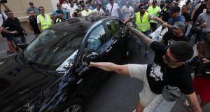 Агрессия таксистов-официалов заставила Uber и Cabify приостановить свою работу.