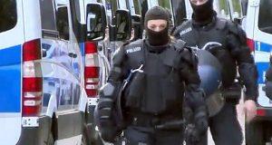 Мигранты, напавшие на полицейских, пошли под арест
