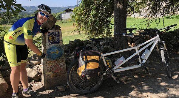 Слепаядевушка едет по маршрутуСвятого Иакована велосипеде