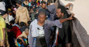 Мигрантыпытаются бежать из-под стражи