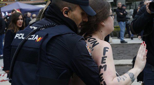 Феминистки провели акциюпротивфранкистов